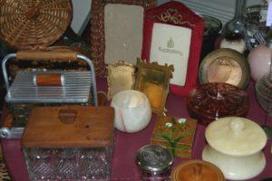 boîtes et cadres vintage, à la Brocante de la Pointe Minard de Chichée, près de Chablis