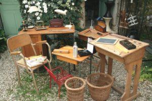 bureaux en bois vintage à la Brocante de la Pointe Minard à Chichée près de Chablis