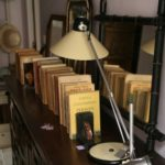lampe de bureau vintage beige et noire à la Brocante de la Pointe Minard à Chichée près de Chablis