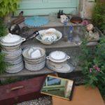 retour de chine mai 2016 - 2016 année de chine - Brocante de la Pointe Minard - vaisselle, carafes, broc de toilette, boîtes, abat-jour, serre-livres, sucrier, plateau miroir valise