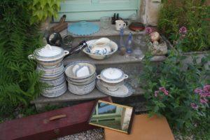 retour de chine mai 2016 - 2016 année de chine - Brocante du Prieuré - vaisselle, carafes, broc de toilette, boîtes, abat-jour, serre-livres, sucrier, plateau miroir valise