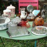 retour de chine juillet 2016 - 2016 année de chine - Brocante de la Pointe Minard - plateau miroir et verres vintage, carafes, pots à épices, boîte en bois, salières, panier à bouteilles