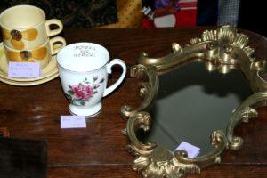 miroir tasses Brocante de la Pointe Minard cadeaux