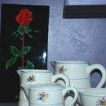 rose rouge et pots Gien Brocante du Prieuré fête des grands-mères