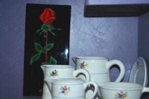 rose rouge et pots Gien Brocante de la Pointe Minard fête des grands-mères