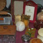boîtes et cadres vintage, à la Brocante du Prieuré de Chichée, près de Chablis
