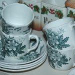 tasses à café décor fleurs à la Brocante de la Pointe Minard de Chichée, à deux pas de Chablis