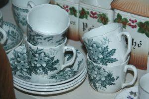tasses à café décor fleurs à la Brocante de la Pointe Minard de Plouézec, à deux pas de Paimpol