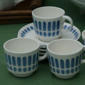 11 tasses à café Digoin modèle Tartan à la Brocante de la Pointe Minard à Chichée près de Chablis