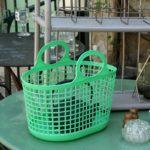 panier en plastique années 80 à la Brocante du Prieuré de Chichée près de Chablis