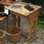 bureau pupitre d'écolier ancien en chêne à la Brocante du Prieuré de Chichée près de Chablis