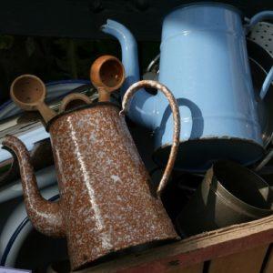 cafetières en tôle émaillée à la Brocante de la Pointe Minard de Chichée près de Chablis