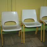 chaise enfant en plastique et métal vintage à la Brocante du Prieuré de Chichée près de Chablis