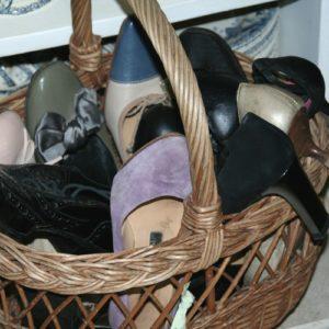chaussures vintage à la Brocante de la Pointe Minard de Chichée près de Chablis