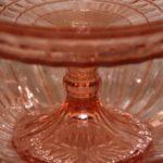 compotier en verre moulé à la Brocante du Prieuré de Chichée près de Chablis