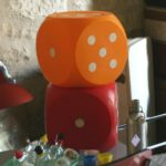 dés plastique vintage à la Brocante du Prieuré de Chichée près de Chablis