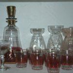 ensemble de carafe et verres rouge et or de la Brocante du Prieuré de Chichée près de Chablis