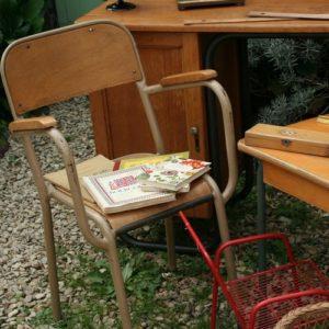 fauteuil de maître d'école vintage indus à la Brocante de la Pointe Minard de Plouézec, près de Paimpol