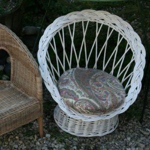 fauteuil pour enfant en rotin osier à la Brocante de la Pointe Minard de Plouézec, près de Paimpol
