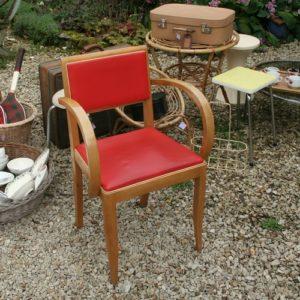 fauteuil vintage en skaï rouge à la Brocante de la Pointe Minard de Chichée près de Chablis