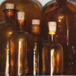 anciens flacons de pharmacie de la Brocante du Prieuré de Chichée près de Chablis
