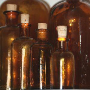 anciens flacons de pharmacie de la Brocante de la Pointe Minard de Chichée près de Chablis