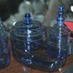 flacons de salle de bain art déco à la brocante du Prieuré de Chichée près de Chablis