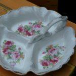 mendiant en porcelaine décor floral à la Brocante de la Pointe Minard à Chichée près de Chablis