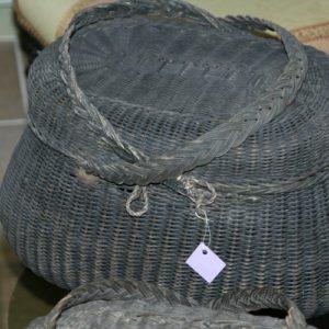 panier bressan en osier noirci à la Brocante de la Pointe Minard à Plouézec, près de Paimpol