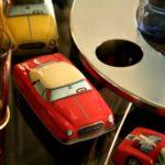 petite voiture en tôle peinte à la Brocante du Prieuré de Chichée près de Chablis