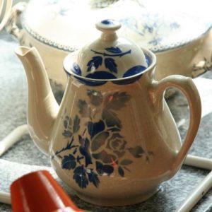 cafetière en porcelaine opaque de Gien à la Brocante de la Pointe Minard à Plouézec, près de Paimpol