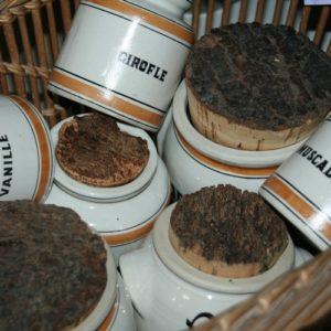 pots à épices Digoin à la Brocante de la Pointe Minard de Chichée près de Chablis