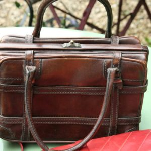 sac en cuir vintage à la Brocante de la Pointe Minard de Chichée près de Chablis