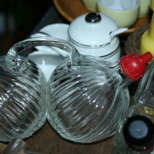 serviteur huile vinaigre rond vintage à la Brocante de la Pointe Minard de Chichée près de Chablis
