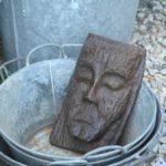 tête sculptée en bois à la Brocante de la Pointe Minard de Chichée près de Chablis