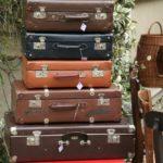 valises vintages cuir carton à la Brocante de la Pointe Minard à Plouézec, près de Paimpol