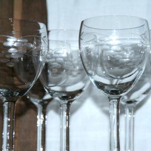 verres à vin en cristal à la Brocante de la Pointe Minard de Plouézec, près de Paimpol
