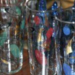 verres colorés vintage à la Brocante du Prieuré de Chichée près de Chablis