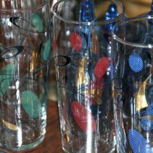 verres colorés vintage à la Brocante de la Pointe Minard de Plouézec, près de Paimpol