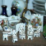 miniatures porcelaine de Limoges à la Brocante de la Pointe Minard de Chichée près de Chablis