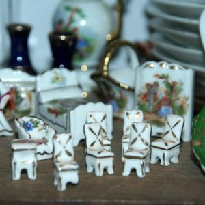 miniatures porcelaine de Limoges à la Brocante de la Pointe Minard de Plouézec, près de Paimpol
