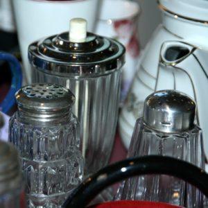 saupoudreuses verre et métal argenté à la Brocante de la Pointe Minard de Plouézec, près de Paimpol