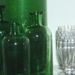 anciens flacons en verre verts à la Brocante du Prieuré de Chichée près de Chablis