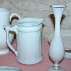 pichets et vases blancs à la Brocante de la Pointe Minard de Chichée près de Chablis
